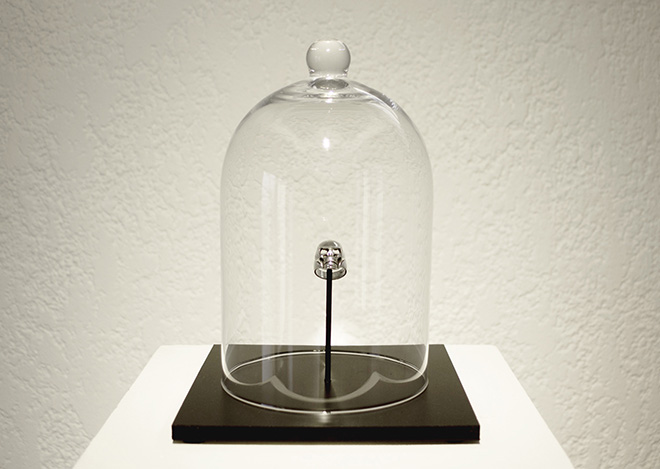 Charlotte Caragliu, artiste plasticienne, réalise des volumes sacralisant ses rencontres et des anecdotes vécues, des vanités contemporaines.